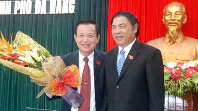 Ông Nguyễn Bá Thanh và Trần Thọ (trái) lúc ông Thọ được bầu giữ chức chủ tịch HĐND TP Đà Nẵng (Ảnh: Tuổi trẻ)