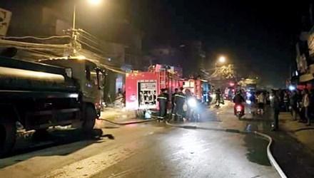 Nhiều xe cứu hỏa được huy động đến hiện trường