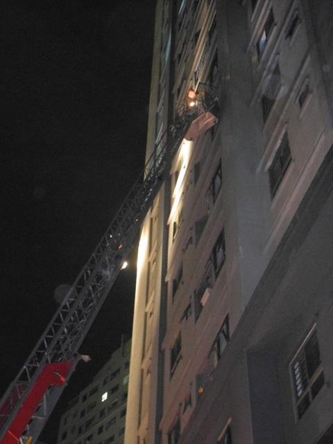 Lực lượng PCCC dùng thang cẩu cứu những người đang mắc kẹt ở trên tầng cao.
