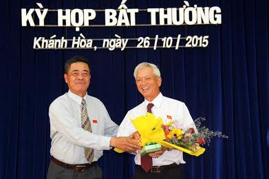 Ông Lê Thanh Quang tặng hoa cho ông Nguyễn Chiến Thắng