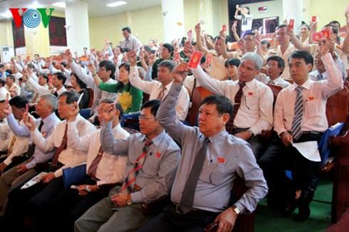 Đại biểu dự Đại hội Đảng bộ tỉnh Khánh Hòa lần thứ 17 biểu quyết thông qua Nghị quyết nhiệm kỳ 2015-2020