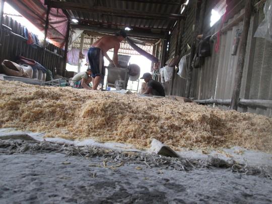 Cho bột mì vào độn với thịt gà để tăng trọng chà bông