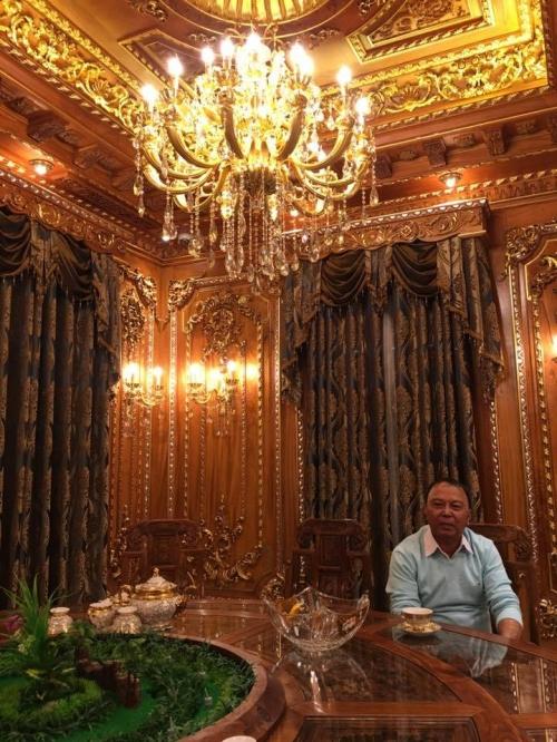 Chủ nhân của căn biệt thự hoàng tráng dát vàng này khởi nghiệp từ buôn bán phế liệu cách đây hơn 10 năm rồi sau đó mở rộng ngành nghề kinh doanh.