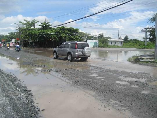 Đường phía trước KCN Hưng Phú 2 lầy lội