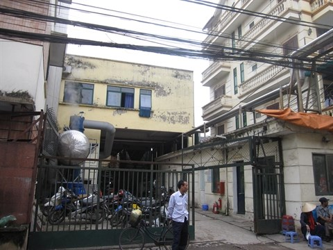 Lò cấp hơi của nhà máy bia Đông Nam Á – cơ sở xả nước thải chưa qua xử lý ra môi trường – được đặt sát nhà dân. Ảnh: VietQ.