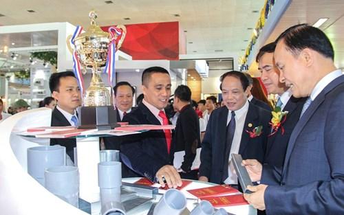 Ông Lê Quang Hùng, Thứ trưởng Bộ xây dựng cùng các lãnh đạo cơ quan nhà nước tham quan gian hàng Tập đoàn Hoa Sen.