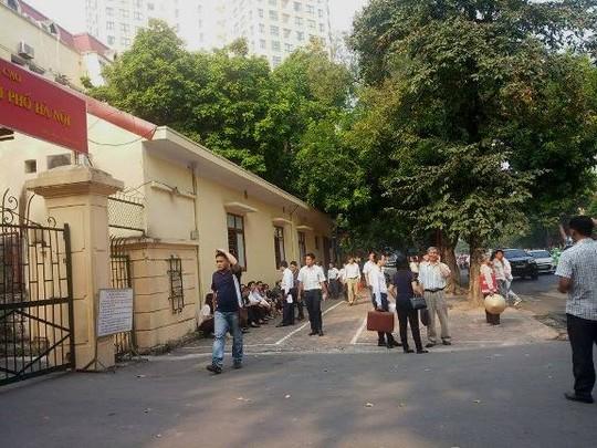 Từ hơn 7 giờ, người nhà các bị cáo, người liên quan, các luật sư đã có mặt trước TAND TP Hà Nội để tập trung làm các thủ tục tham dự phiên toà