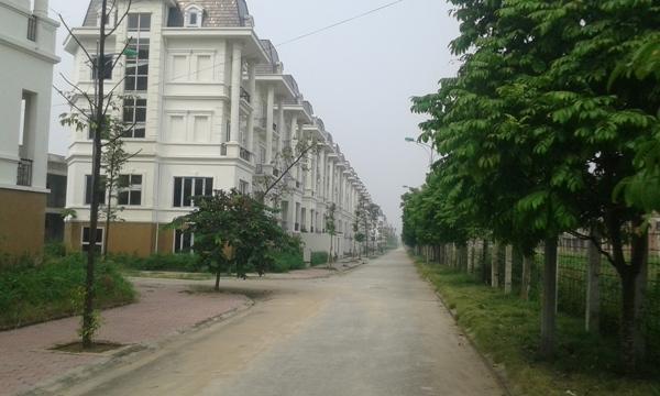 Những con đường trong khu đô thị cao cấp vắng tanh không một bóng người