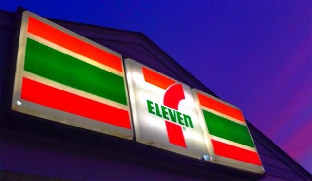 Khi 7-Eleven mở cửa hiệu đầu tiên vào năm 1946, tên gọi này chỉ thời gian mở cửa 7 ngày mỗi tuần, 11 giờ mỗi ngày. Hiện nay, hầu hết các cửa hiệu 7-Eleven mở cửa 24/24.