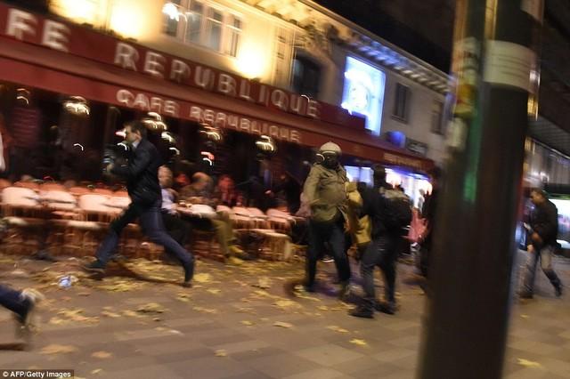 Mọi người bỏ chạy sau khi nghe tin về các vụ nổ/xả súng ở gần quảng trườngPlace de la Republique, Paris. Ảnh: AFP