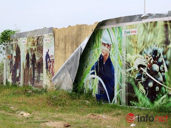 Các hình ảnh mà HAGL trên trên các dãy tường rào đã trở nên bạc thếch...