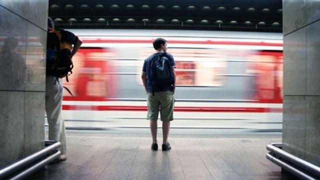 Nếu đang đi một mình trong thành phố, hay (tệ hơn) đi du lịch một mình ở thành phố lạ, tôi phải làm sao?