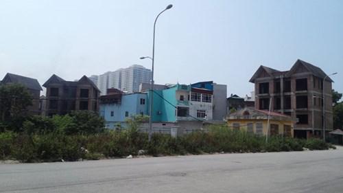 """Ngôi nhà xây trái phép """"mọc"""" giữa hai biệt thự của dự án Khu đô thị Cầu Bươu."""
