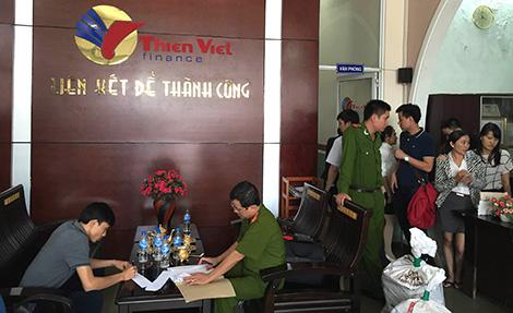 Lực lượng Công an khám xét trụ sở Công ty Thiên Việt.