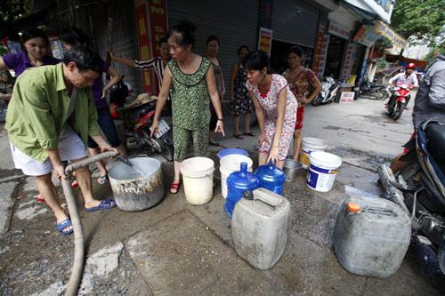 Cuộc sống của người dân bị đảo lộn vì đường ống nước sông Đà vỡ nhiều lần.
