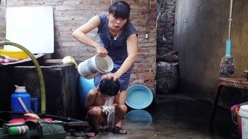 Nhiều hộ dân ở Hà Nội phải tắm rửa bằng nước giếng khoan.