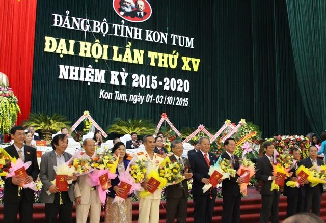 Đồng chí Nguyễn Văn Hùng tặng hoa cho các đồng chí không tái cử Ban Chấp hành khóa mới