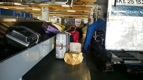 Bốc xếp hành lý cho hành khách chuyến bay đi. Ảnh: L.H.V.