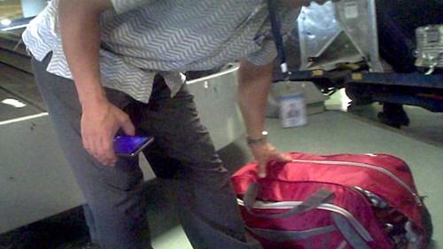 Quá trình bốc xếp hành lý cho khách thường xuyên gặp phải những túi đồ hay thùng hàng bị rách, thủng rớt đồ ra ngoài. Ảnh cắt từ clip