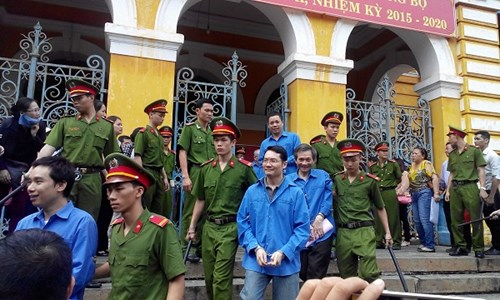 Các bị cáo dẫn giải ra về sau phiên tòa. Ảnh Việt Văn