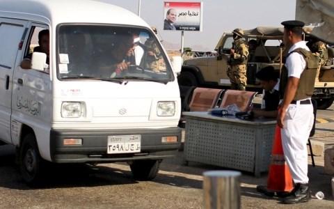 Nhân viên an ninh tại sân bay Sharm al-Sheikh kiểm tra một chiếc xe đi vào trong sân bay. Ảnh AP