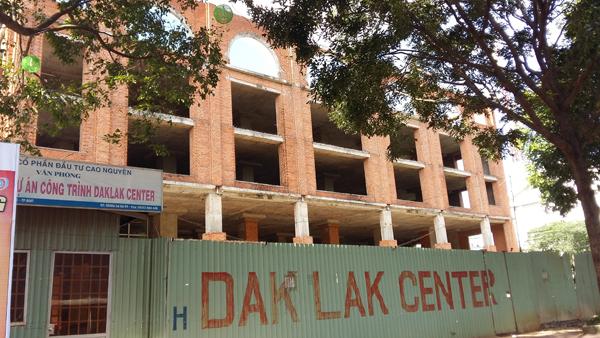 Dự án Xây dựng Trung tâm Văn hóa Thương mại, dịch vụ tổng hợp Đắk Lắk Center đã dừng xây dựng trong thời gian dài.