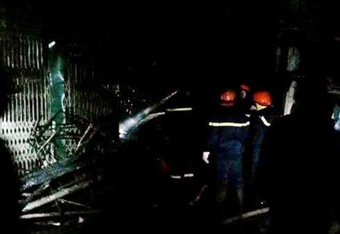 Cảnh sát phòng cháy chữa cháy phải phá cửa của nhiều kiốt để phun nước, dập lửa và chống không cho ngọn lửa lan rộng hơn. Tuy nhiên, do địa điểm cháy nằm sâu bên trong nên việc tiếp cận gặp rất nhiều khó khăn.