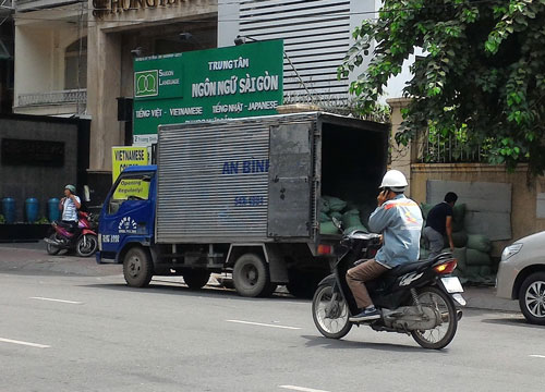 Nước đá được đựng trong bao PP và vận chuyển trên phương tiện không bảo đảm an toàn thực phẩm giao cho các quán ăn