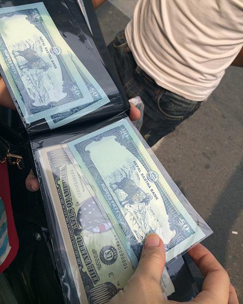 Tờ tiền 50 rupee của Nepal được bán với giá cao gấp bảy lần giá quy đổi - Ảnh: Hương Linh