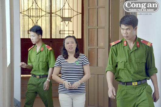 Khi bị dẫn giải, Võ Thị Kim Chung vẫn la lối chửi bới, đe dọa người bị hại.
