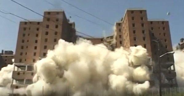 Hình ảnh phá dỡ một tòa nhà cao tầng - Ảnh chụp từ clip