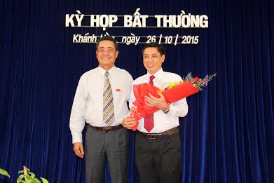 Lê Thanh Quang tặng hoa chúc mừng ông Lê Đức Vinh
