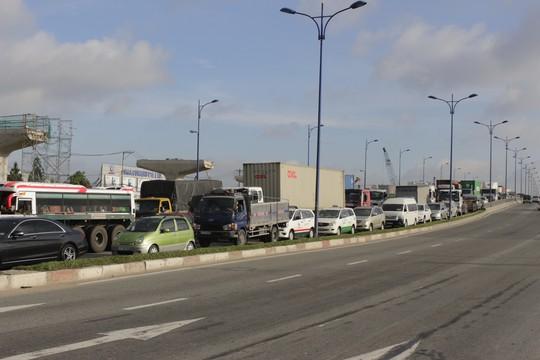 Dòng xe tải xe tải, xe container, xe bus chết cứng trên cầu Rạch Chiếc