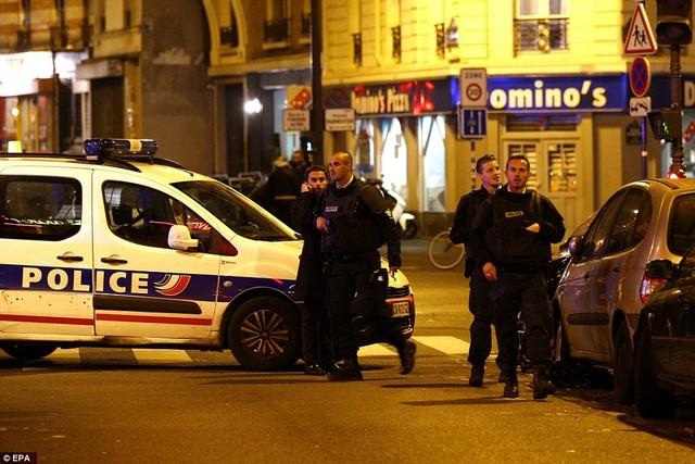 Lực lượng cảnh sát và cứu hộ Pháp tại hiện trường các vụ tấn công. Ảnh: EPA