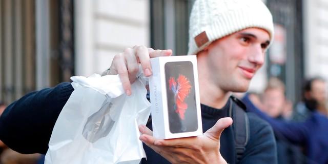 iPhone của Apple là một trong số hàng trăm mặt hàng do Liam Casey sản xuất.