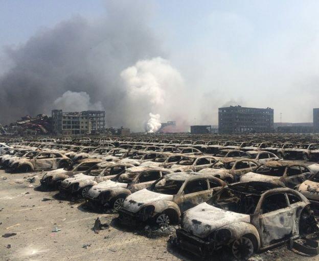 Hàng trăm chiếc xe bị thiêu rụi trong vụ nổ - Ảnh: BBC