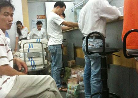 Người dân ồ ạt rút tiền tại ngân ACB ngày 21/08/2012