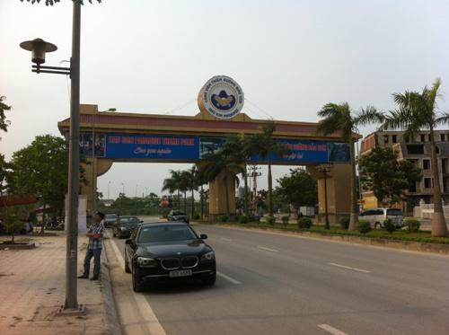 Tòa chung cư nằm ngay cổng vào khu Thiên Đường Bảo Sơn