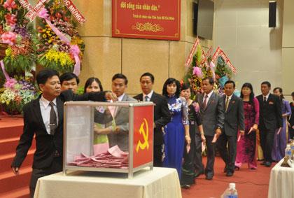 Các đại biểu bỏ phiếu bầu Ban chấp hành mới. Ảnh Tiengiang.gov.vn