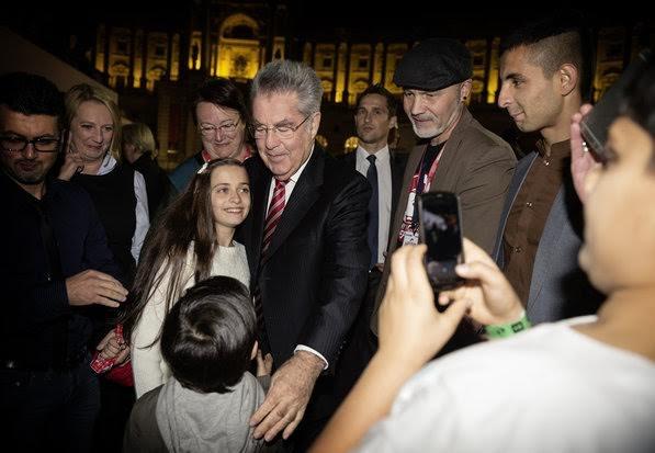Tổng thống Áo Heinz Fischer gặp gỡ một số trẻ em đã chạy trốn khỏi Syria (Nguồn: HBF)