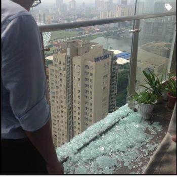 Ban công căn hộ tầng 35 bị vỡ kính.