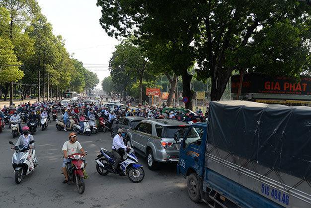 Xe lớn kẹt cứng khiến các xe máy vào ngã ba Hoàng Minh Giám không có lối đi - Ảnh: Hữu Khoa