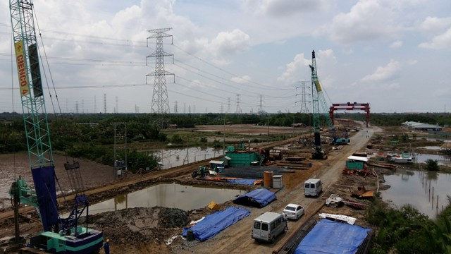 Trên công thường thi công dự án tuyến cao tốc Bến Lức - Long Thành. Tuyến đường này sẽ rút ngắn khoảng cách giao thương từ Tp.HCM, đi qua khu Nam đến các tỉnh miền Tây.