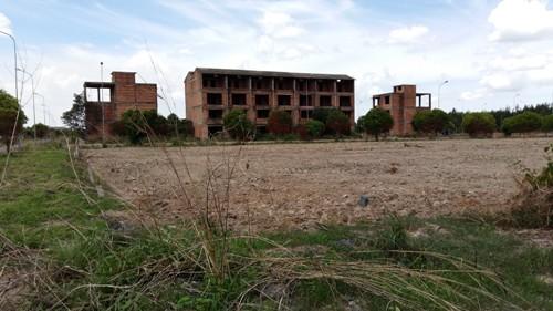 Nhiều biệt thự xây dở dang đang bị bỏ hoang.