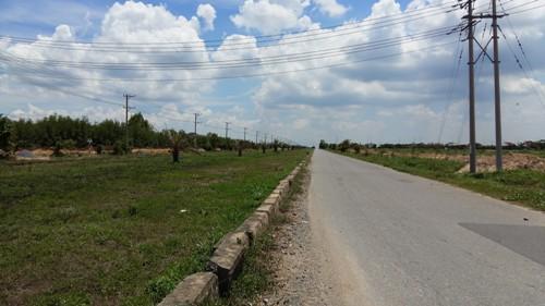 Đường dẫn vào khu dự án Sunflower City của Phúc Khang không một bóng người.