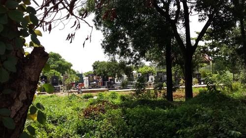 Nằm đối diện cổng chính khu tưởng niệm các vua Hùng là một nghĩa trang lớn vẫn chưa được di dời.