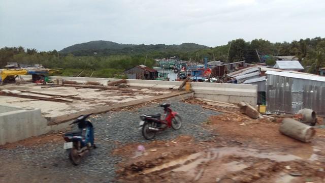 Dự án cầu nối thị trấn Dương Đông với xã An Thới đang được xây dựng nhằm phục vụ các dự án du lịch đang được xây dựng tại Bãi Sao.