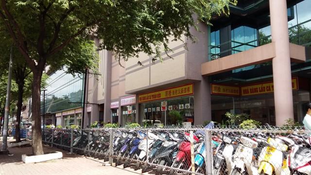 Các khoảng trống của khu trung tâm thương mại này đều được tận dụng làm bãi gửi xe, cho thuê làm nhà kho hoặc kinh doanh...gà sống.