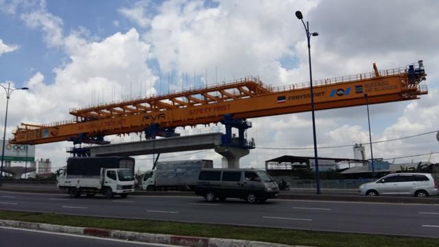 Tại công trường lắp dầm đoạn nhà ga Bình Thái. Theo Ban quản lý đường sắt đô thị TP HCM, ở công đoạn lắp dầm, 12 km cầu cạn sẽ được thi công bằng biện pháp lao lắp trên hệ đà giáo di động. Với biện pháp thi công này, các dầm cầu cạn (dầm giản đơn) có khẩu độ điển hình 35 m (một số dầm có khẩu độ ngắn hơn) sẽ được phân chia thành 13 đốt dầm; gồm 2 đỉnh trụ dài 1,7 m và 11 đốt giữa dài 2,8 m.