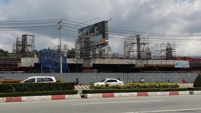 Công trường thi công không ngưng nghỉ khu vực trước nhà máy xi măng Hà Tiên.